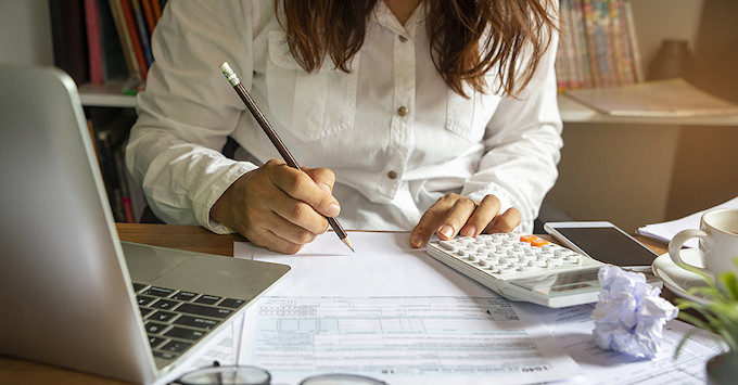 Lady Budgeting for Car Insurance